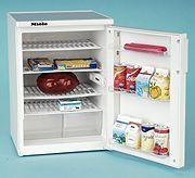 Этот игрушечный холодильник является точной уменьшенной копией фирменного.